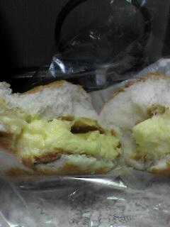 しょんぼりとシュークリームパンを食べる